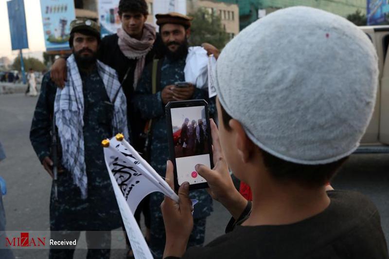 عکس یادگاری طالبان با گوشی هوشمند + عکس