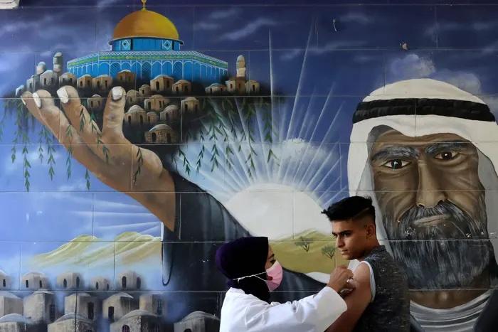 تزریق واکسن فایزر به دانش آموزان فلسطینی + عکس