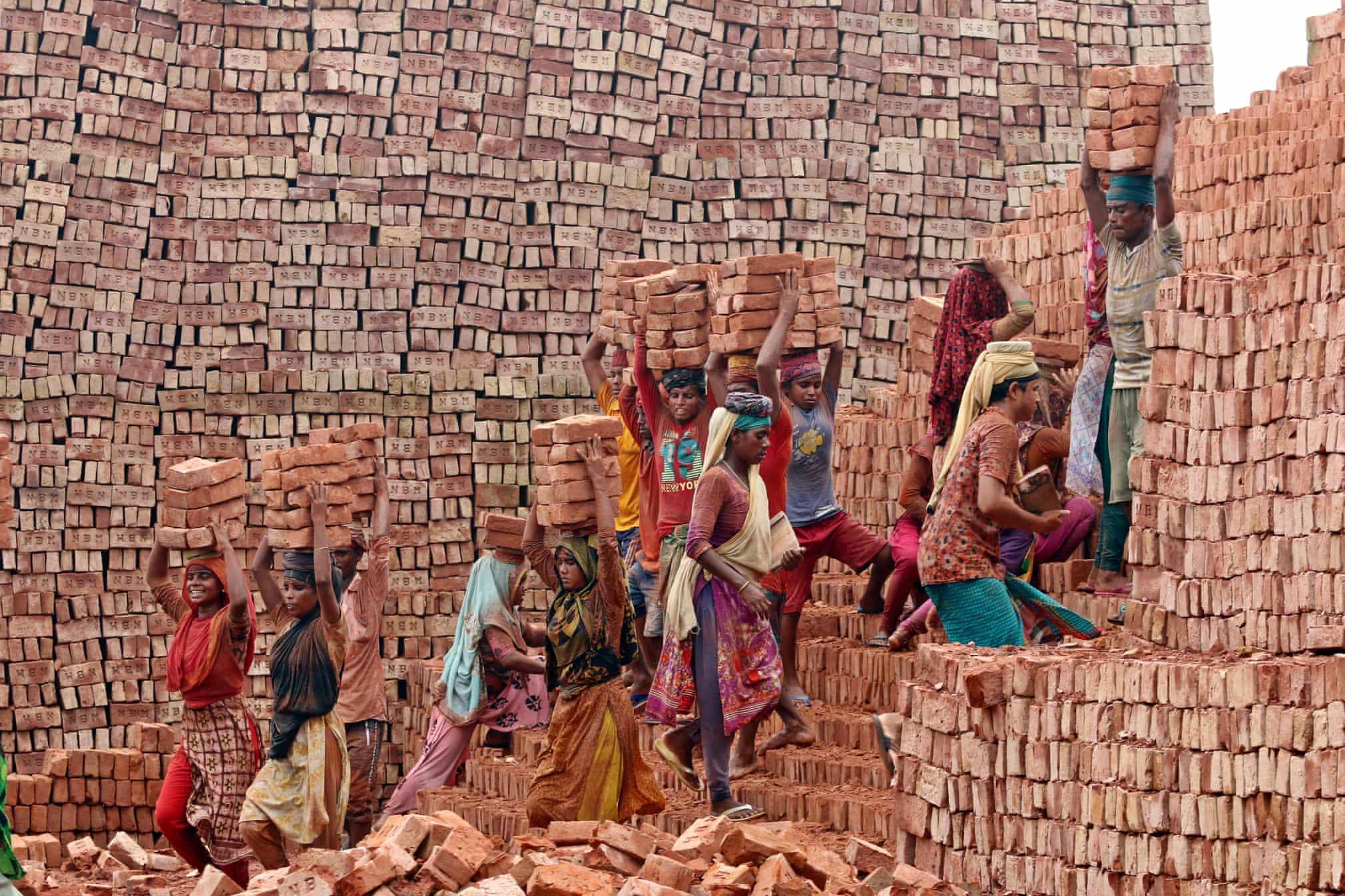 تلاش کارگران مهاجر زن در بنگلادش + عکس