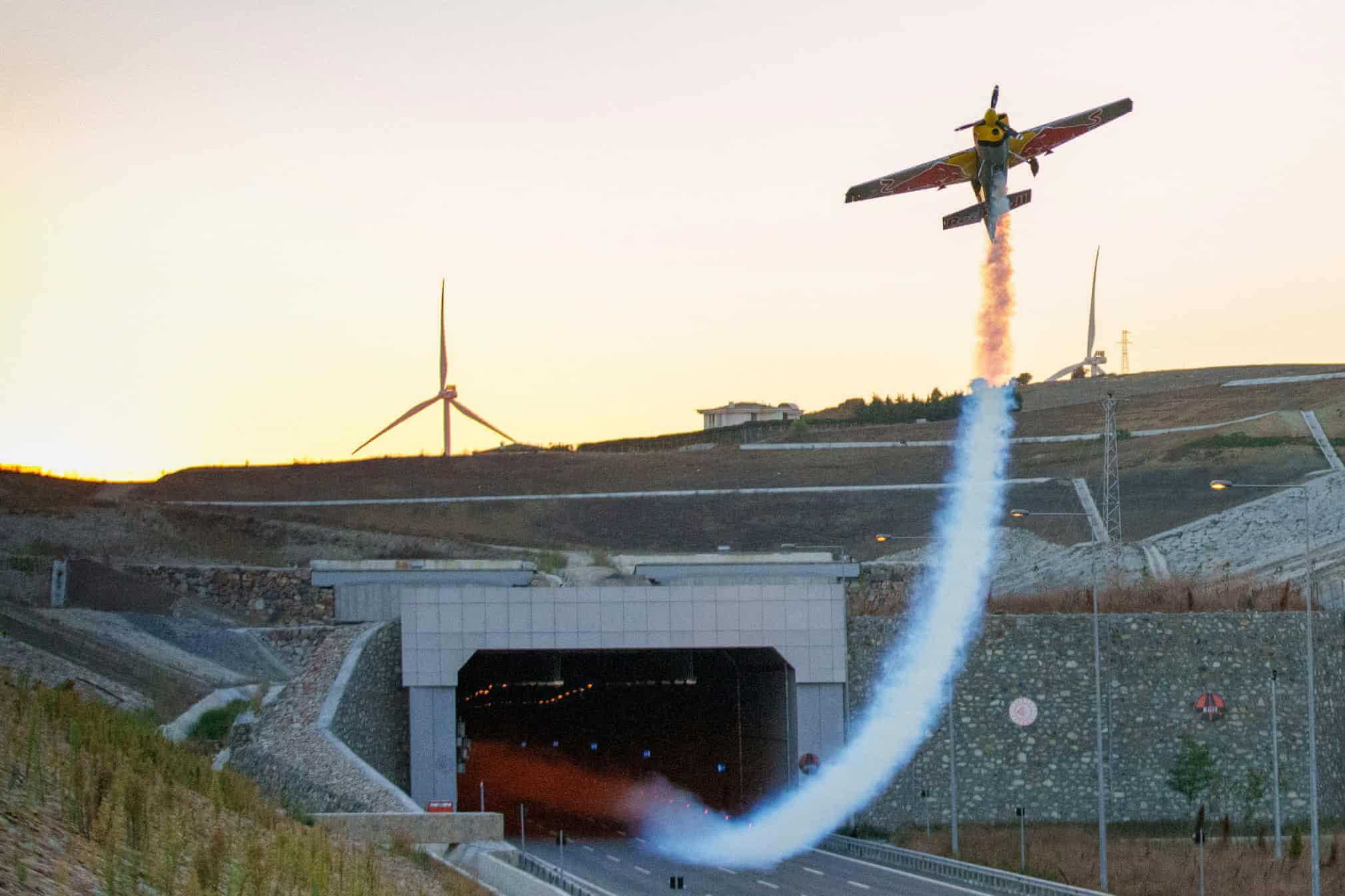 عبور کم نظیر خلبان ایتالیایی از تونل 1600 متری + عکس