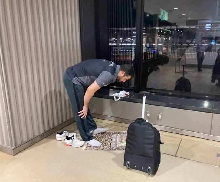 اقامهی نماز ملی پوش کشورمان در فرودگاه توکیو + عکس