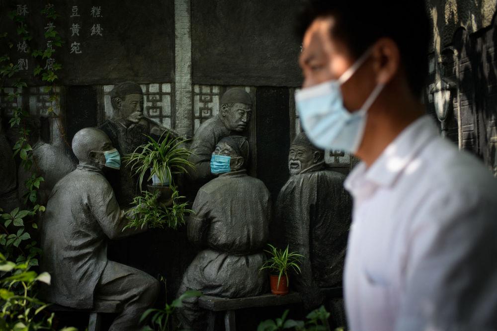 مجسمه ماسک پوش در پکن + عکس