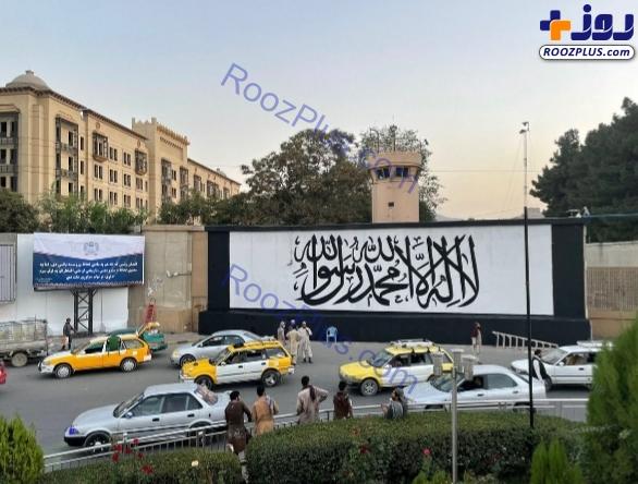 نقش بستن پرچم طالبان بر دیوار سفارت آمریکا در کابل + عکس