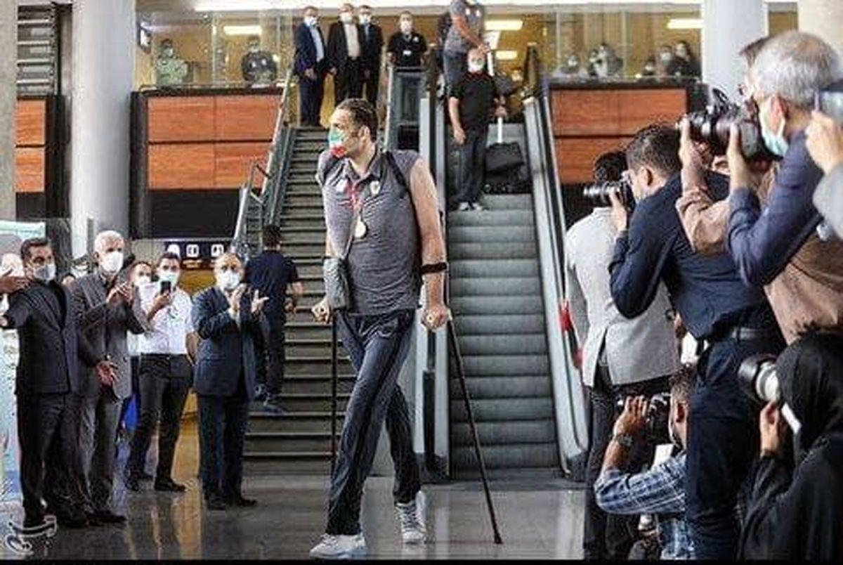 بلندقدترین ورزشکار پارالمپیکی جهان در فرودگاه امام خمینی +عکس