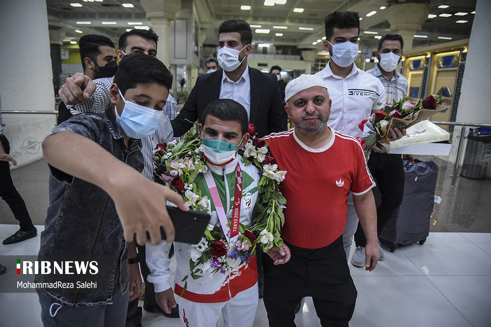 استقبال از «صادق بیت سیاح» مدال آور پارالمپیک در فرودگاه اهواز + عکس