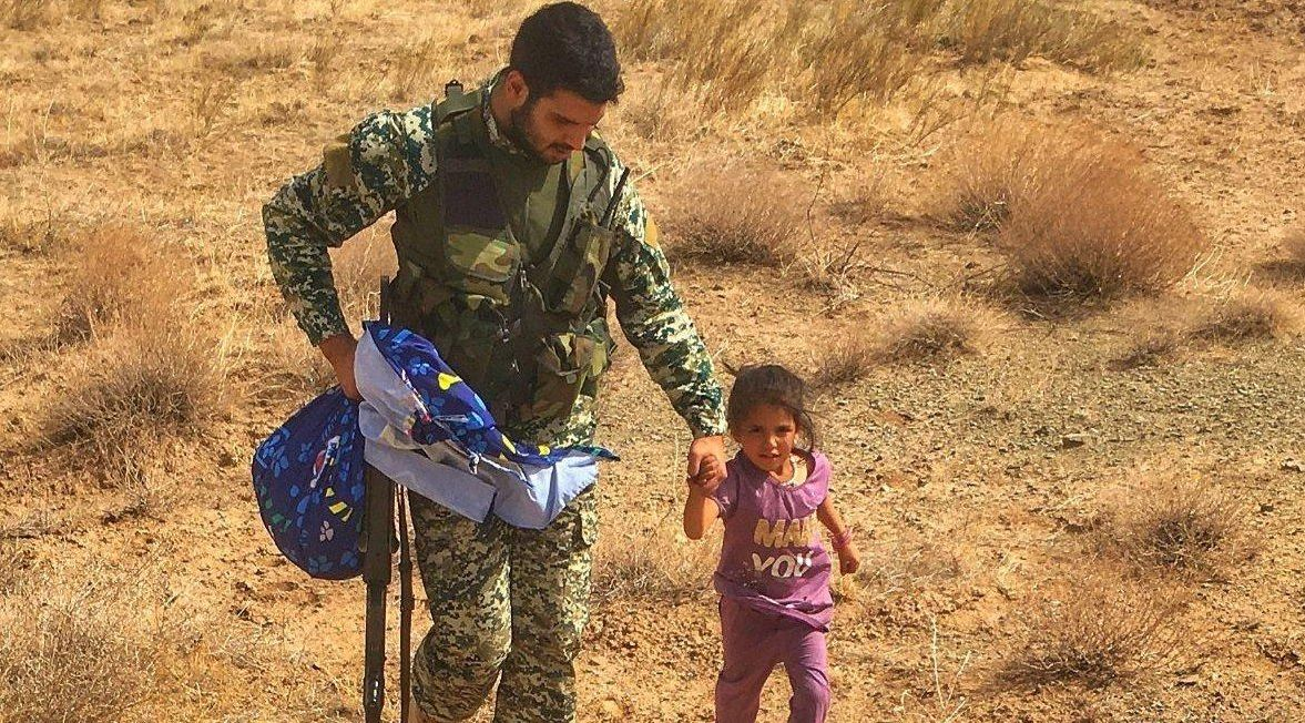 کودک بی پناه افغانستانی در نقطه صفر مرزی ایران و افغانستان + عکس