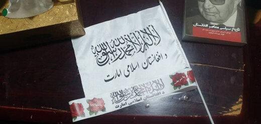 کودکان دستفروش در حال فروش پرچم طالبان+ عکس