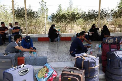 تصویری از انتظار پناهجویان افغانستانی در شهر زاهدان + عکس