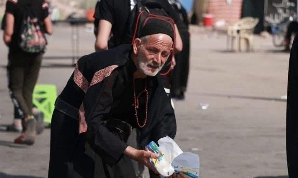 خادمی بی ریای پیرمرد عراقی برای زائران حسینی + عکس