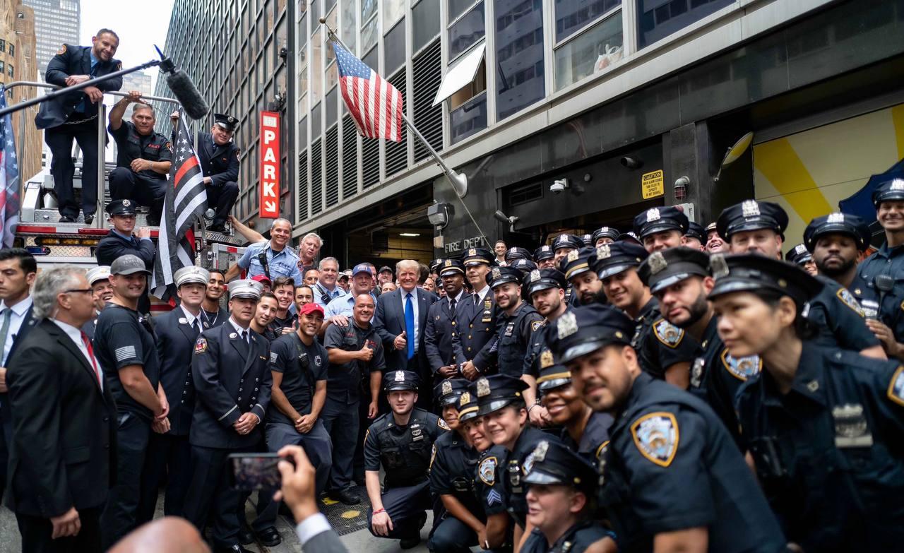 عکس یادگاری پلیسهای نیویورک با دونالد ترامپ! + عکس