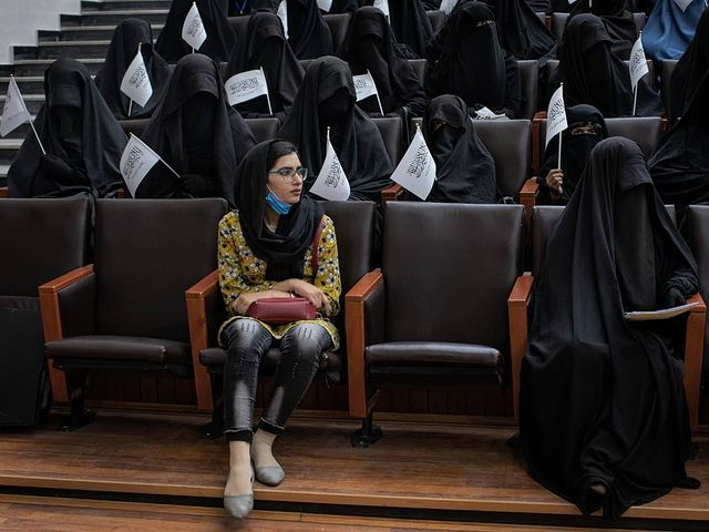 لیمه هوتک، خبرنگار تلویزیون شمشاد در مراسم اعلام حمایت زنان از سیاست های جنسیتی طالبان+عکس