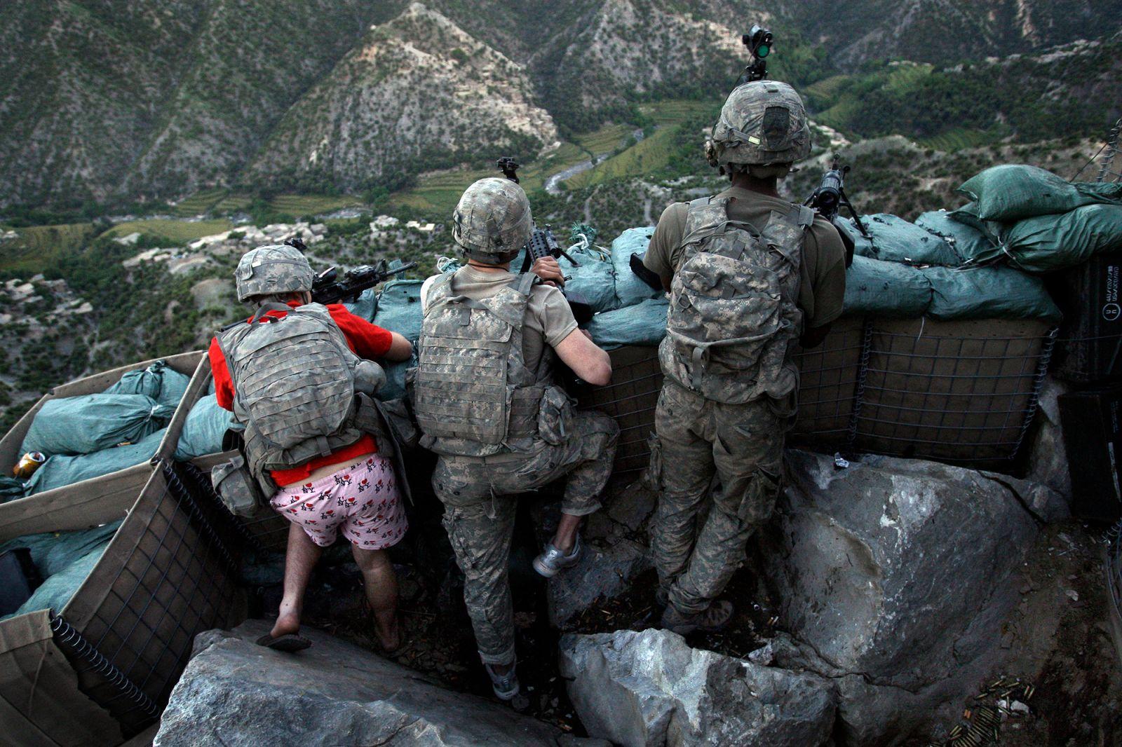 پوشش عجیب سرباز آمریکایی در یکی از مواضع دفاعی در افغانستان + عکس