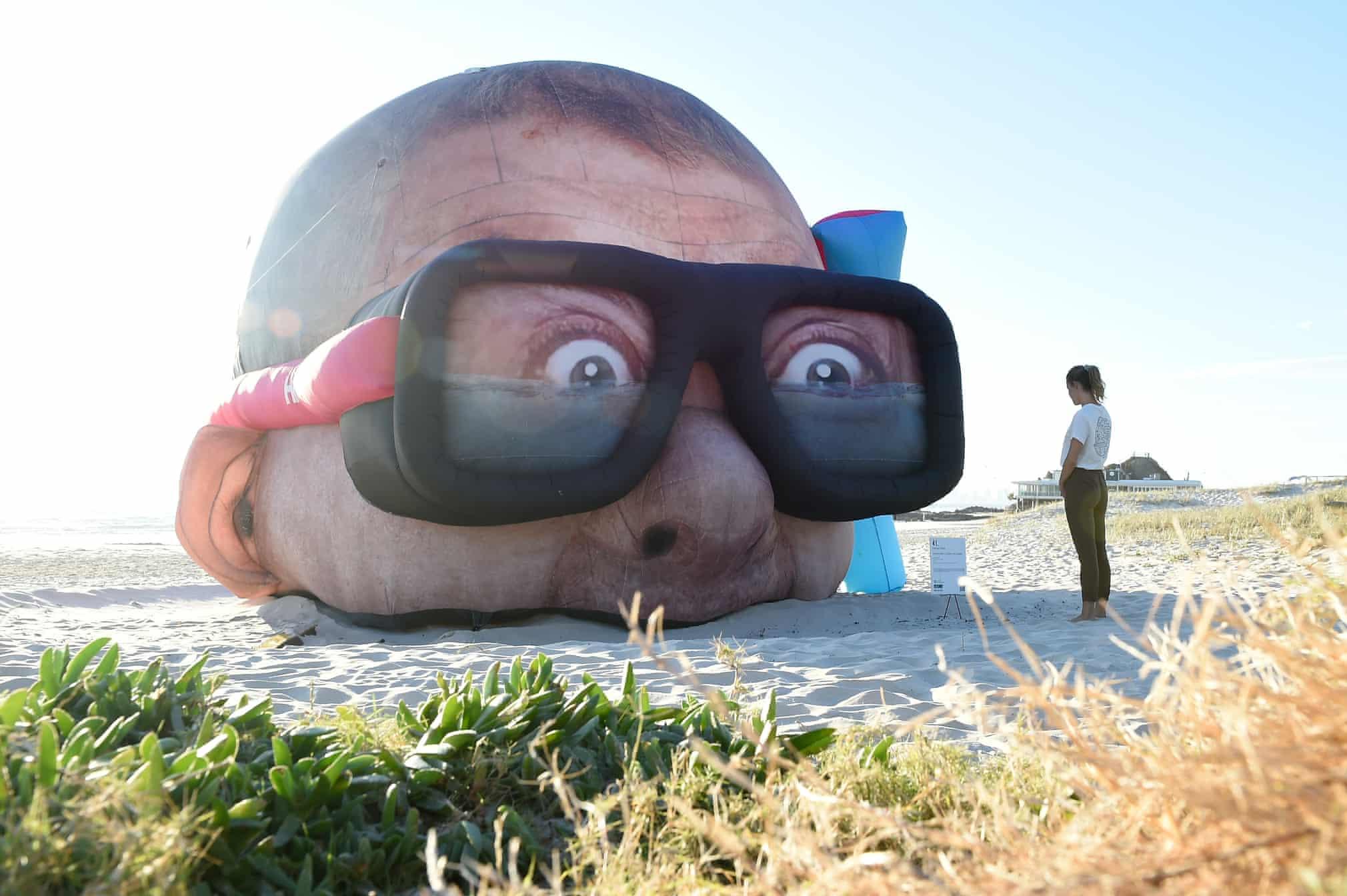 مجسمه ای بزرگ در ساحل