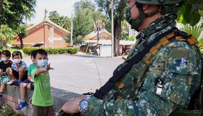 کنجکاوی یک دانش آموز حین رزمایش سالانه نظامی های تایوان + عکس