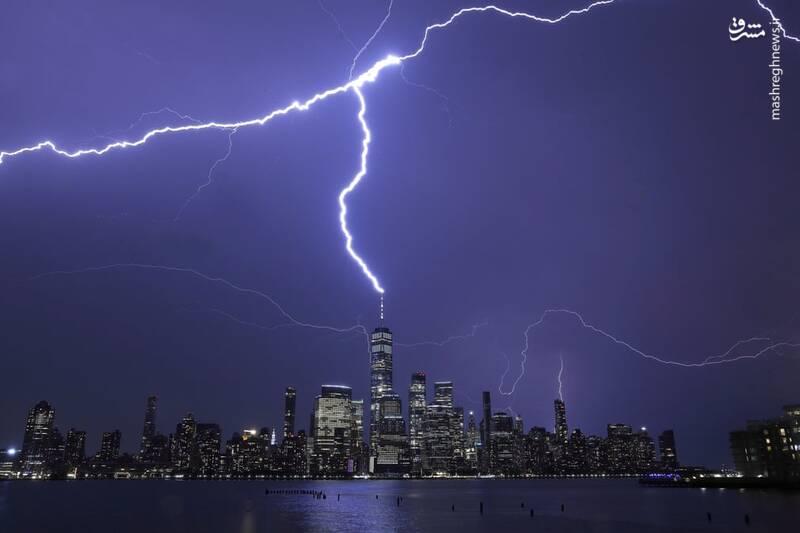 شکار لحظه برخورد صاعقه با آسمان خراش + عکس