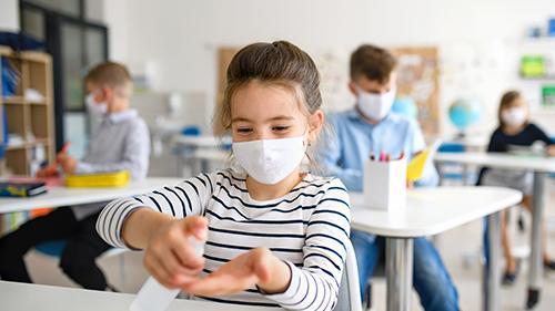 ماسک زدن در مدارس این کشور ممنوع شد