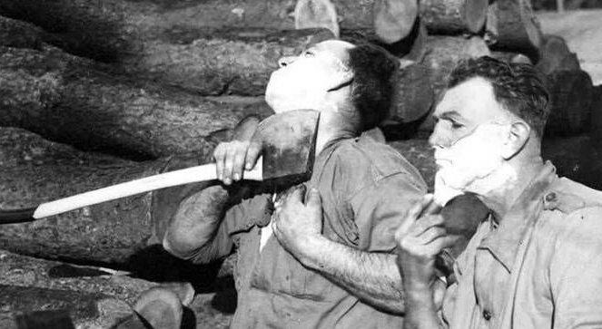 اصلاح ریش با تبر در جنگ جهانی دوم! + عکس