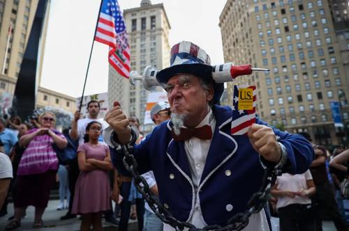 تصویر خاص از تظاهرات علیه واکسیناسیون سراسری در نیویورک + عکس