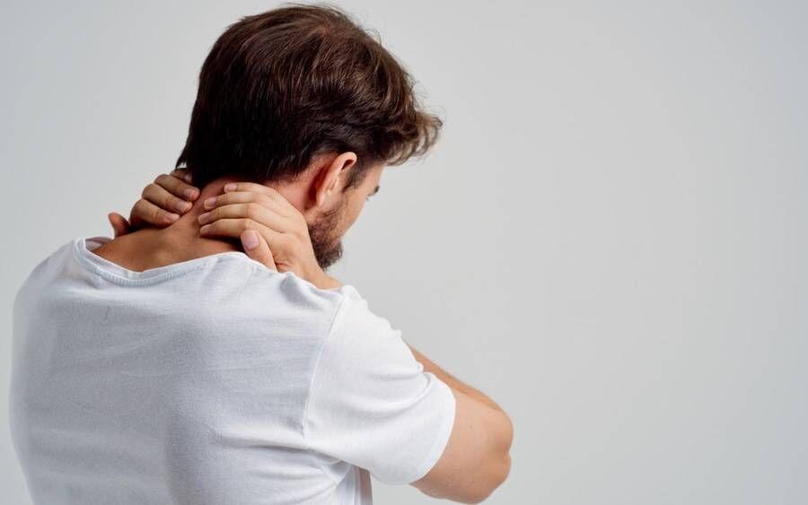 دلایل شایع و باورنکردنی گردن درد