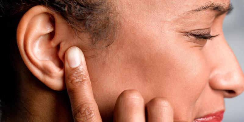چرا گوش سمت راستم مدام درد می گیرد؟