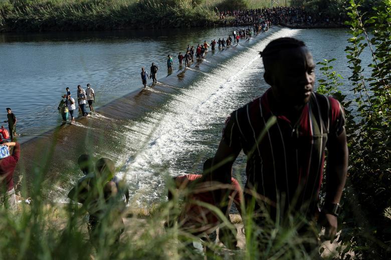 عبور مهاجران از رودخانه به دنبال پناهندگی در آمریکا + عکس