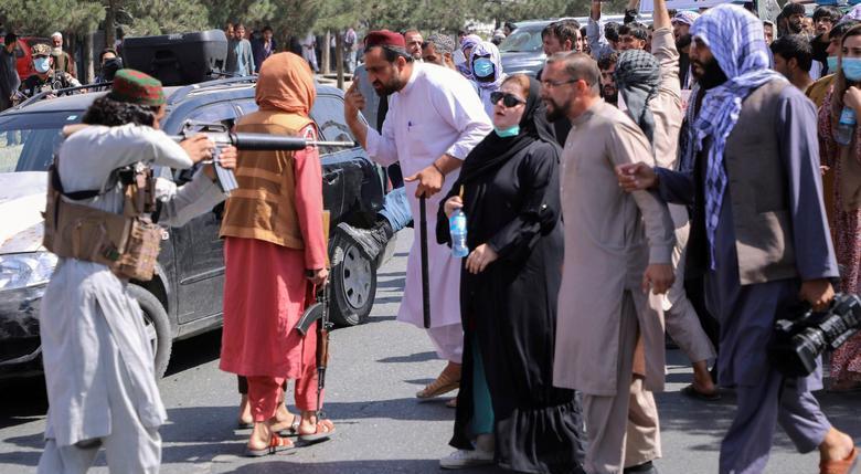 هدف گرفتن معترضان توسط یک شبه نظامی طالبان + عکس
