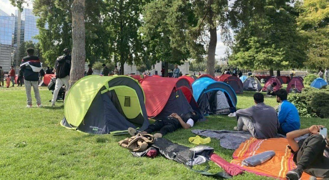 چادر زدن افغانستانیهای مهاجرت کرده به فرانسه + عکس