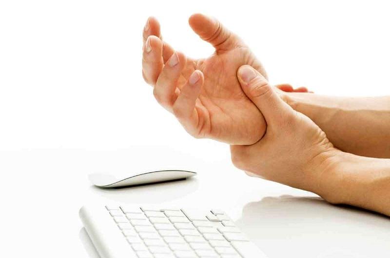 دلیل لرزش دستها؛ بیماری یا استرس؟