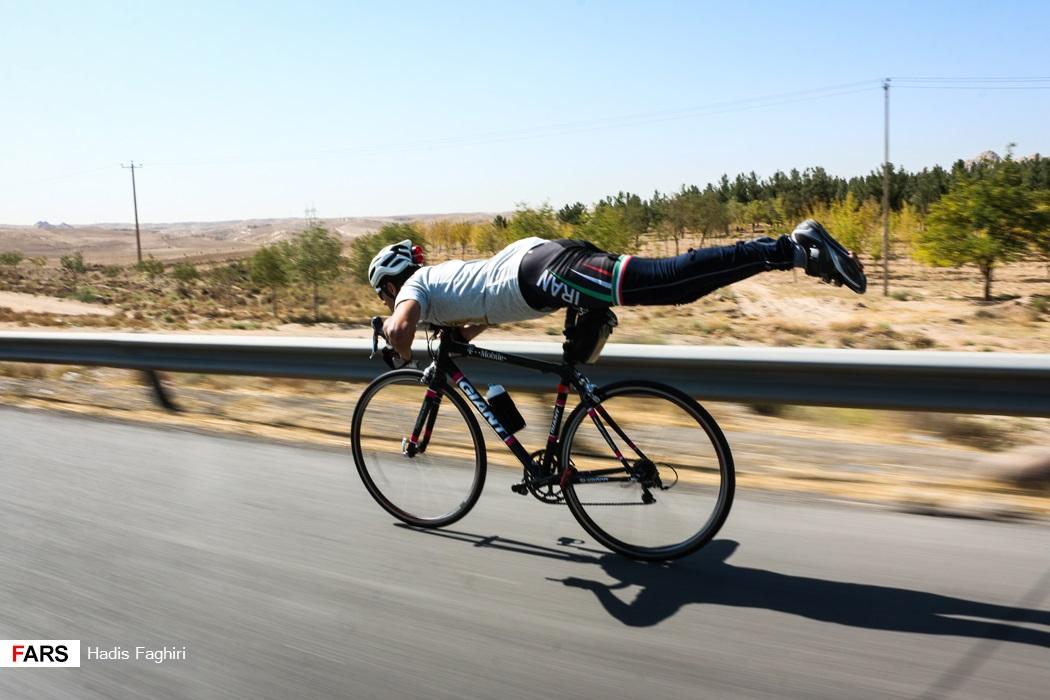 هنرنمایی دوچرخه سوار مشهدی در تور از حرم رضوی تا میقاتالرضا(ع) +عکس