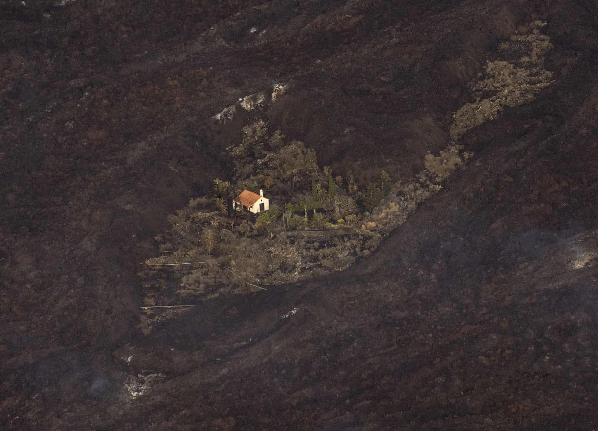 محاصره شدن خانه ای توسط گدازه های آتشفشان در جزایر قناری + عکس