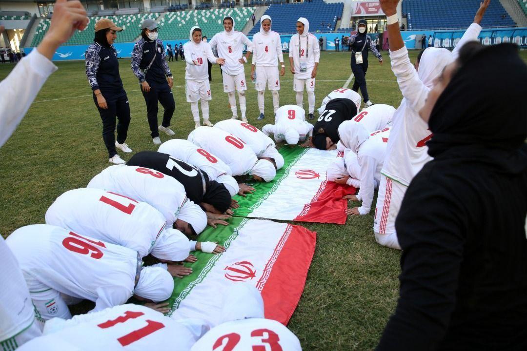 سجده شکر بانوان ملیپوش فوتبال ایران پس از صعود به جام ملتهای آسیا + عکس