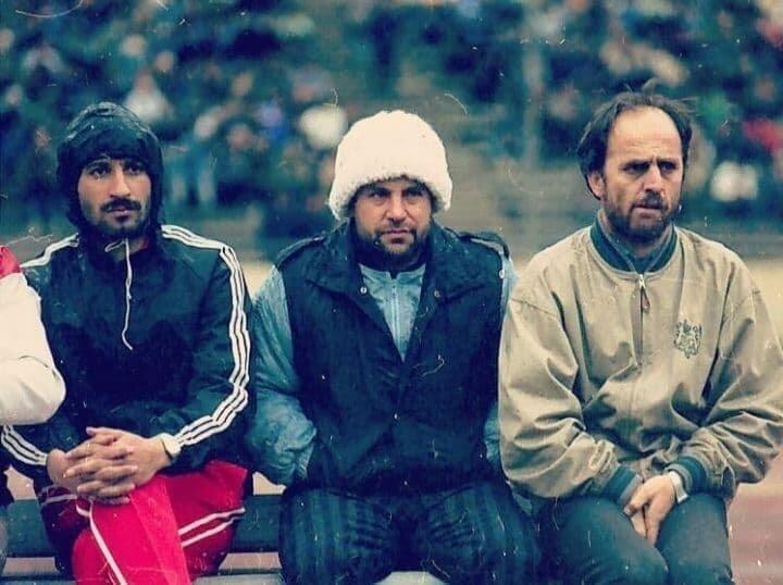 علی پروین با تیپی خاص روی نیمکت دهه شصت پرسپولیس + عکس