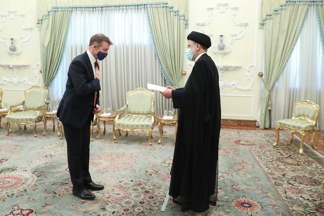 تقدیم استوار نامه سفیر جدید انگلیس به رئیسی + عکس