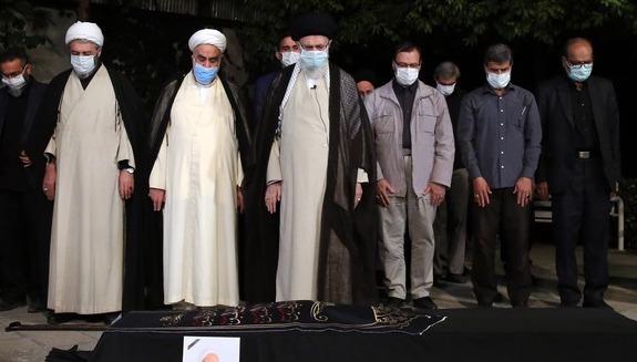 اقامه نماز رهبر انقلاب بر پیکر آیتالله حسنزاده آملی + عکس