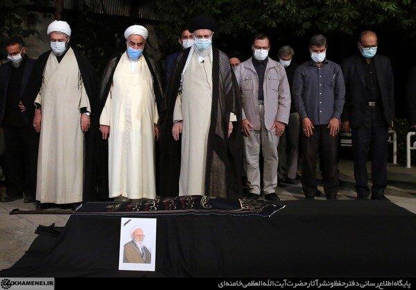 اقامه نماز بر پیکر آیتالله حسنزاده آملی توسط رهبر معظم انقلاب+ عکس
