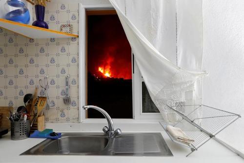 مشاهده فعالیت آتشفشان در جزیره
