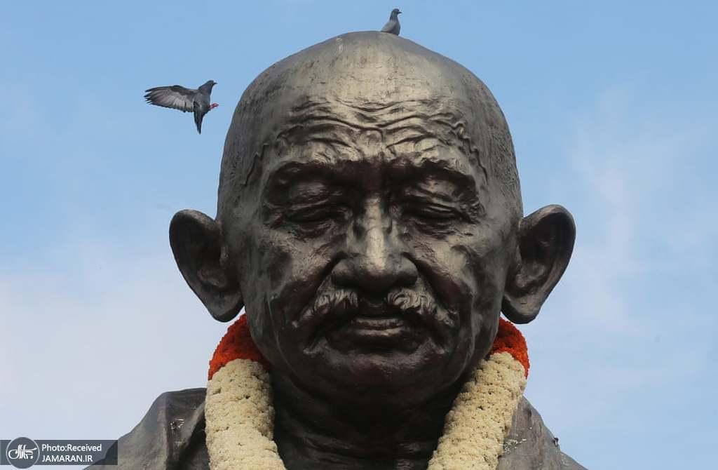 نمایی از مجسمه ماهاتما گاندی + عکس
