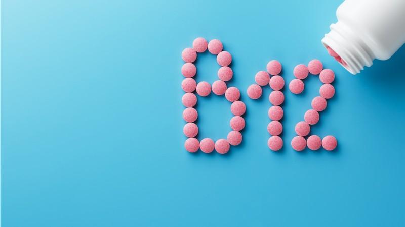 کمبود ,ویتامین B ۱۲ چه علائمی دارد؟+ مواد غذایی مناسب برای دریافت این ویتامین