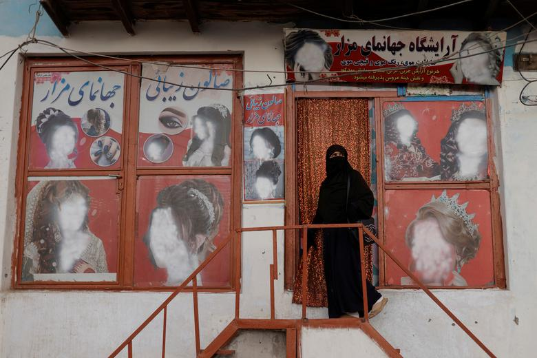 چهره ای جدید از آرایشگاه ها و مشتری هایش در افغانستان + عکس