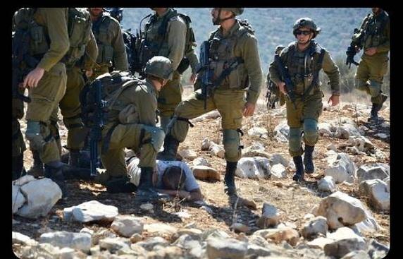 کشاورز فلسطینی در زیر پوتین های سربازان صهیونیستی + عکس