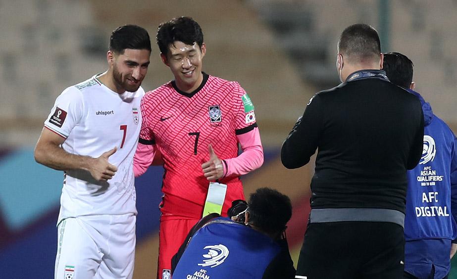 برخورد دوستانه کاپیتان دو تیم ایران و کره جنوبی پس از بازی + عکس