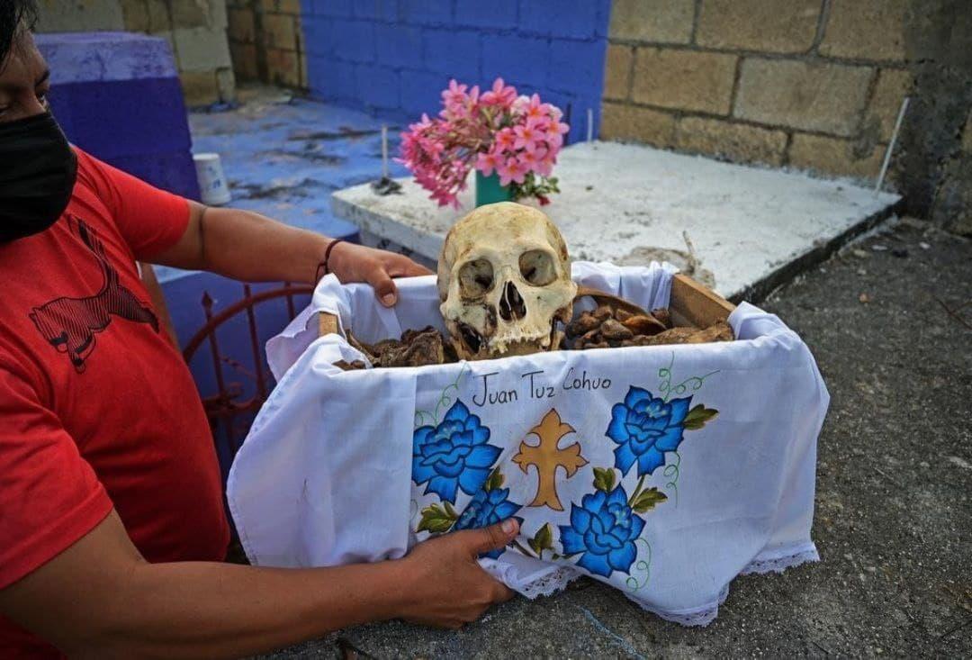 مراسم تمیز کردن استخوان های مردگان در مکزیک + عکس
