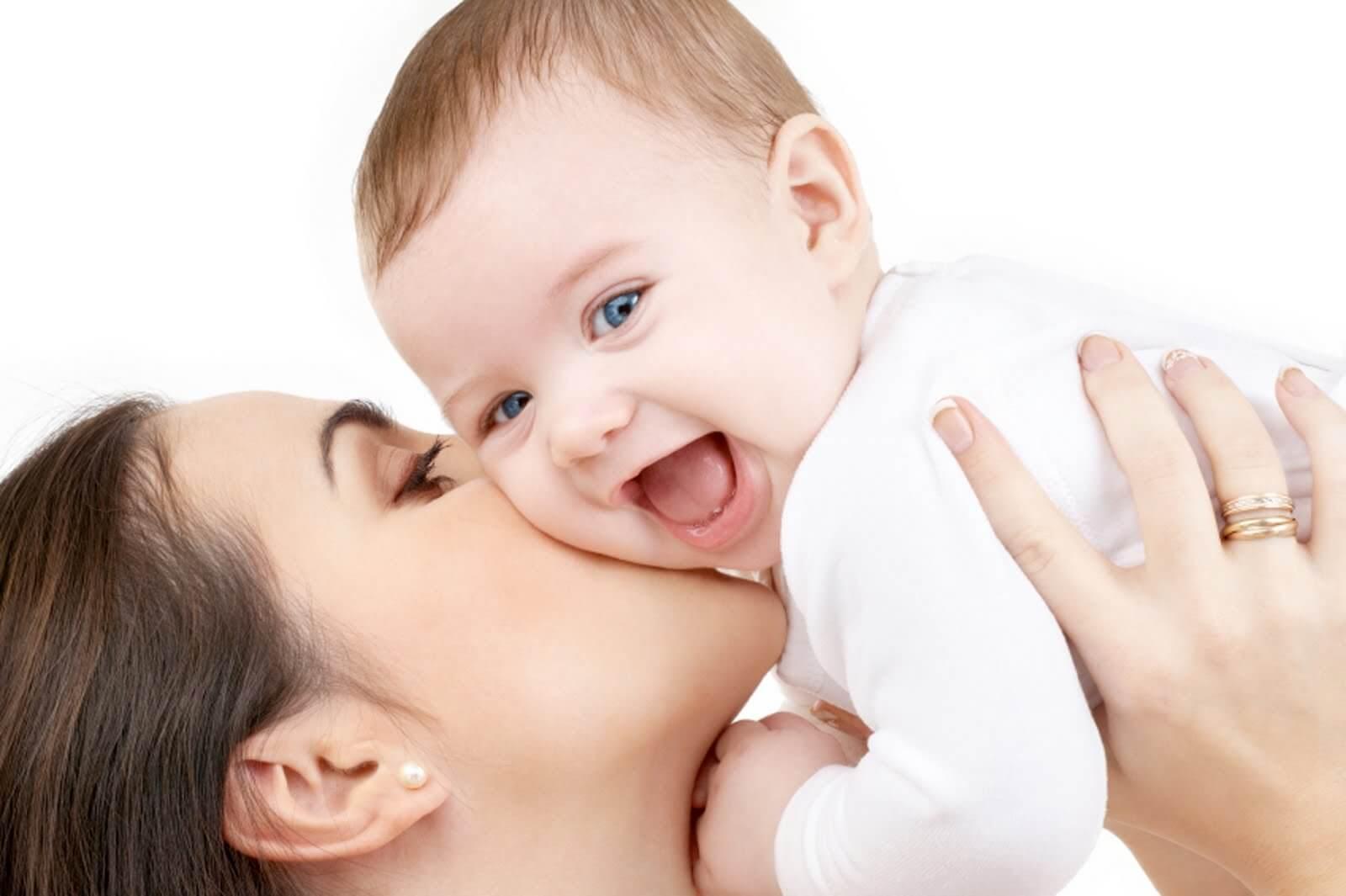 فواید شگفت انگیز بوسیدن کودک توسط والدین