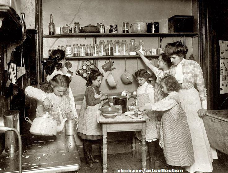 تصویری از آموزش خانه داری و آشپزی در مدارس نیویورک حدود ۱۹۱۰