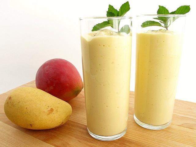 یک اسموتی ساده با میوههای تابستانی