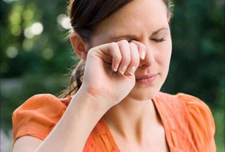 هنگام خستگی، چشمتان را نمالید