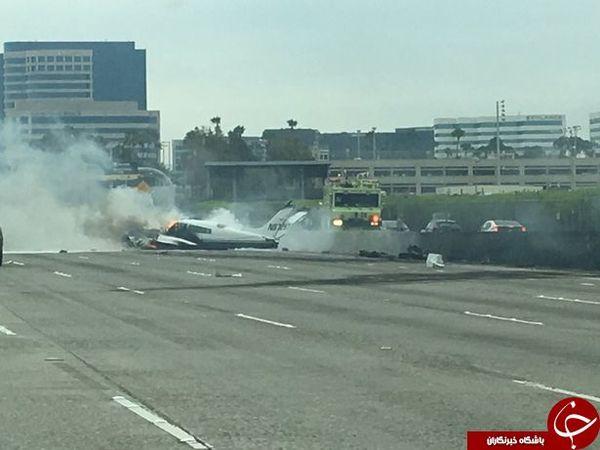 سقوط یک فروند هواپیما در یکی از بزرگراه های آمریکا + عکس
