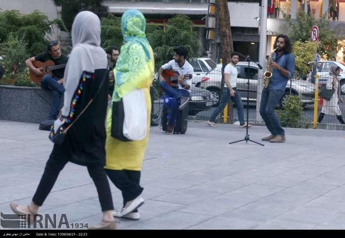 اجرای موسیقی مقابل متروی میدان جهاد + عکس