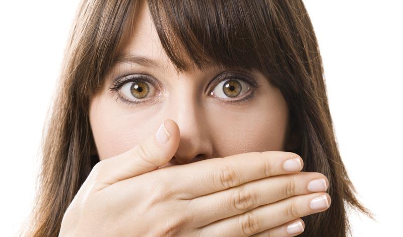 چگونه بدون مراجعه به پزشک از شر بوی بد دهان خلاص شویم؟