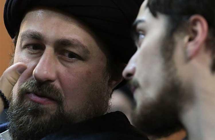 حرف های درگوشی سید حسن خمینی و پسرش + عکس